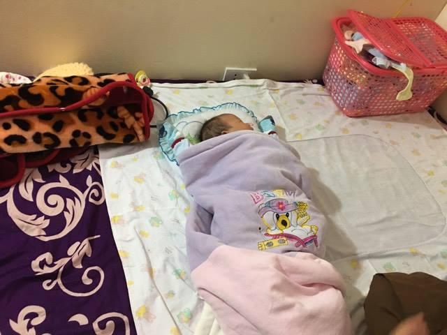 Em bé ngủ ngon giữa chốn thiền.