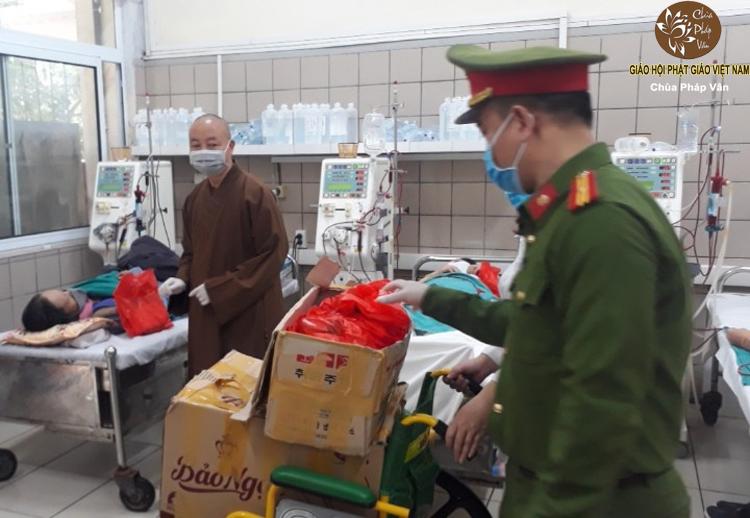 Thượng tọa Thích Thanh Huân cùng cán bộ cơ quan công an phường Phương Mai - quận Đống Đa trao quà tới bệnh nhân đang điều trị tại bệnh viện Bạch Mai