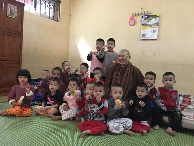 Sư thầy Thích Đàm Lan và các em bé bị bỏ rơi tại chùa Bồ Đề.