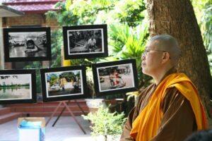 Sư thầy Thích Đàm Lan bên cạnh những tác phẩm của các em bé mồ côi