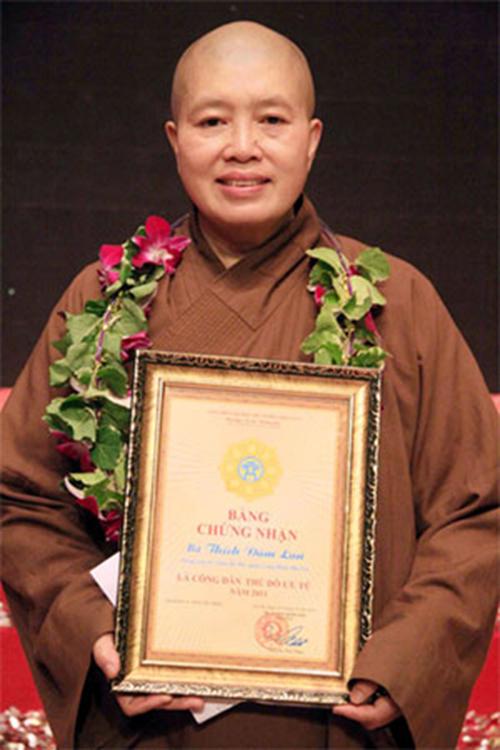 """Sư Thầy Thích Đàm Lan nhận danh hiệu """"Công dân Thủ đô ưu tú 2011"""""""