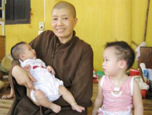 Sư trụ trì Đàm Lan bên những đứa trẻ mồ côi - Ảnh Chinhphu.vn