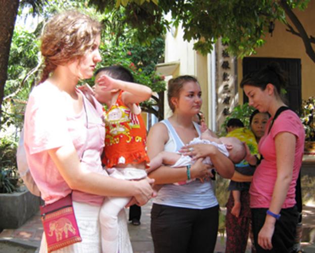 Các bạn tình nguyện viên người nước ngoài vui chơi với các trẻ mồ côi ở chùa Bồ Đề - Ảnh Chinhphu.vn